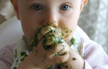 食べる赤ちゃん